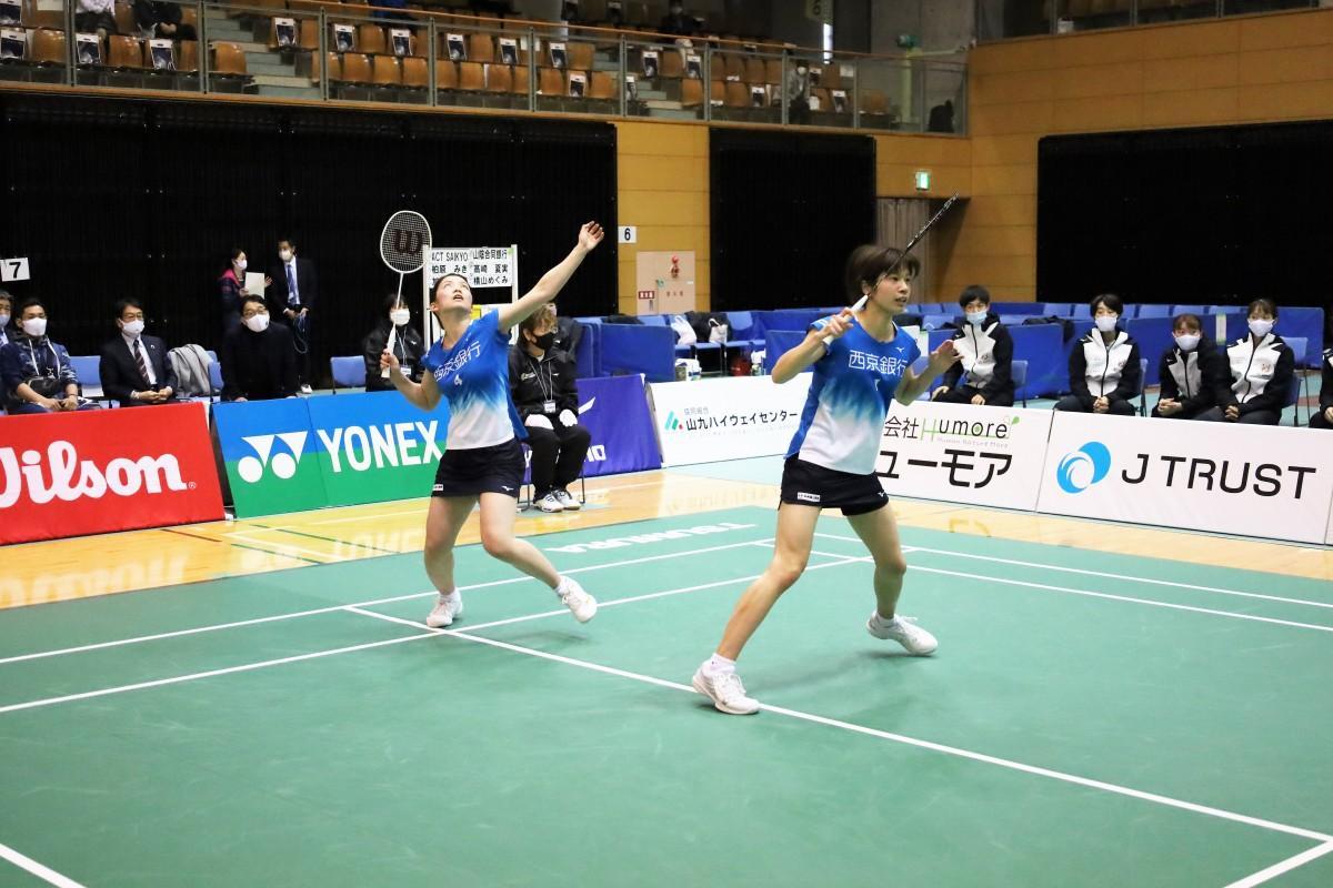第3試合のダブルスで勝利した加藤美幸・柏原みきペア