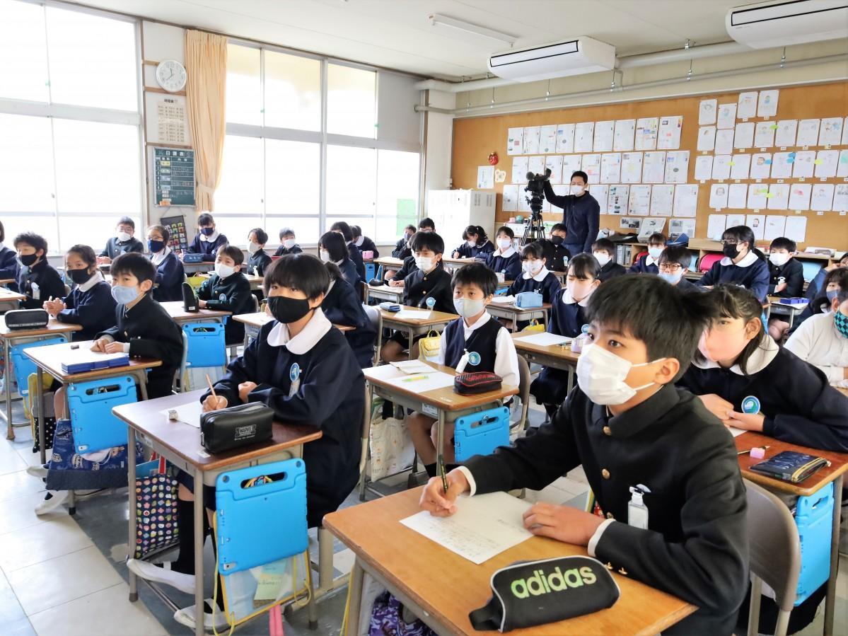 オンライン授業を受ける児童ら
