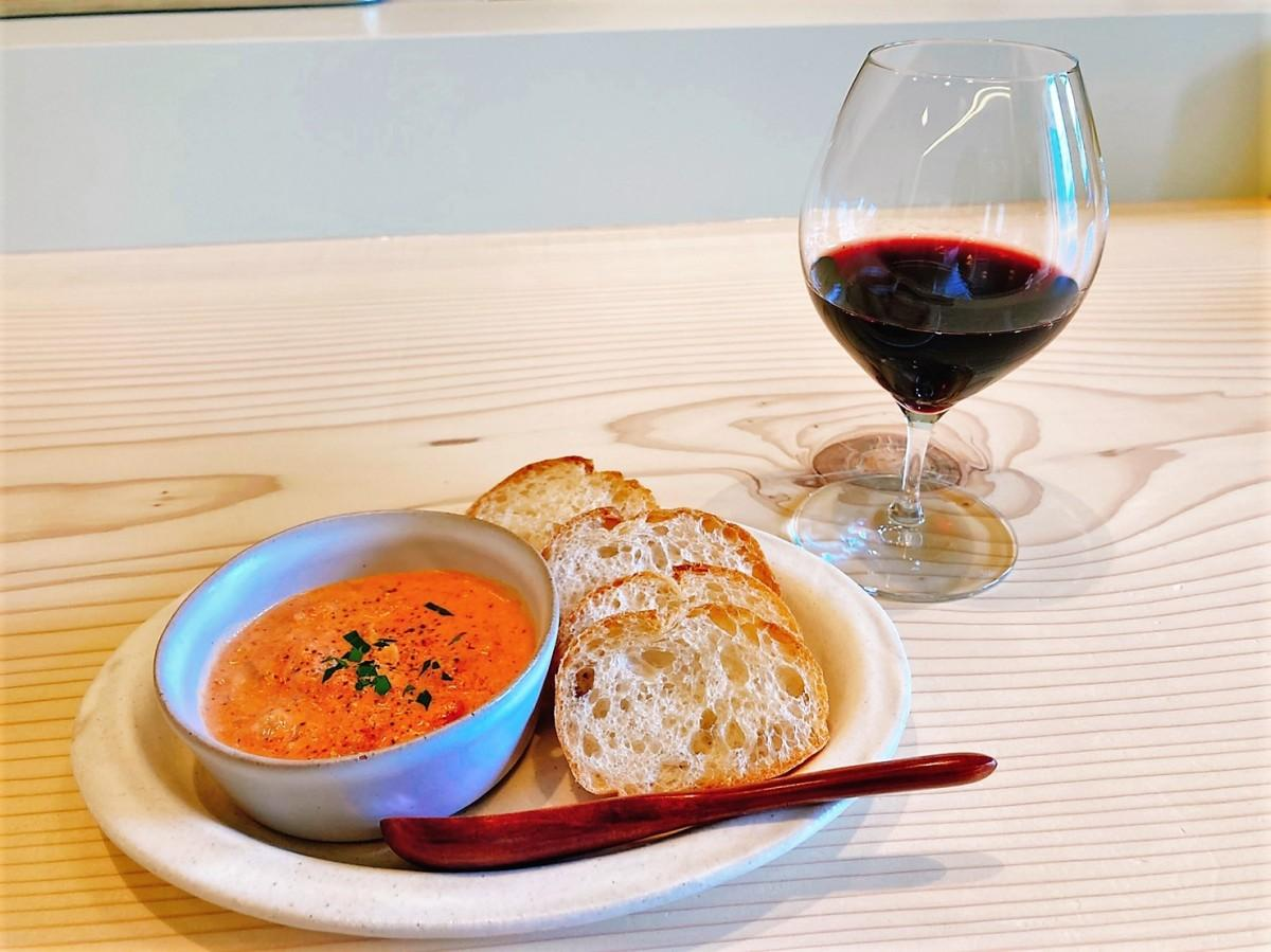 赤ワインのグラスワインと「バケット付き・エビのトマトクリーム」