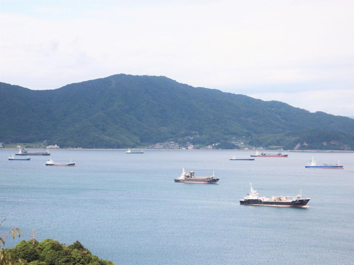 多くの船が避難する笠戸湾