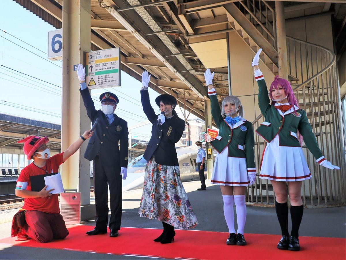一日駅長として「出発進行」と声を掛ける宮村優子さん