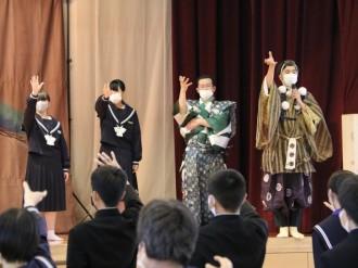 周南・福川中学校で能楽の鑑賞と体験 伝統芸能に親しむ
