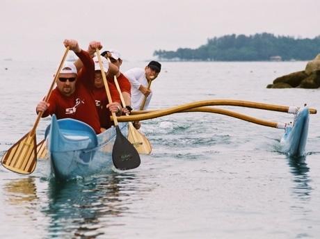 アウトリガーカヌーに乗って練習するシンガポール・パドル・クラブのメンバー。カヌー自体は7人目のクルーという。