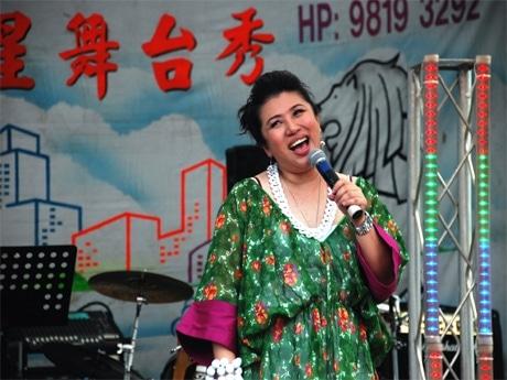 「歌台(ゲータイ)」のステージ上で劇中歌を歌うリュウ・リンリンさん。