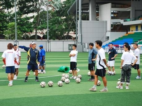 講師を務めた大塚一朗氏(写真中央左)