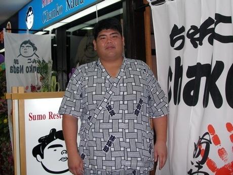 シンガポール初のちゃんこ鍋屋のオープン時に駆けつけた時津洋さん。