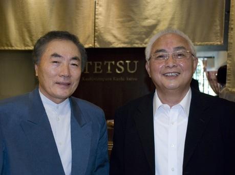 タングリンモールにオープンした「Tetsu」の店頭にて、早野商事社長の早野友宏社長とフード・ジャンクションのアンドリュー・フー・チェ・イェン社長