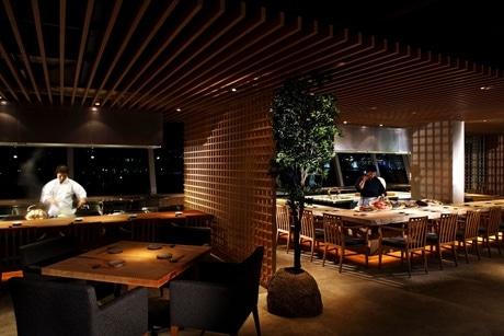 ケッペル島にオープンした「Takumi Tokyo」の店内。鉄板焼き、ろばた焼きが同時に味わえる初のダイニングレストラン
