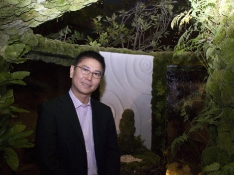 """ランドスケープ・ガーデン部門で最優秀賞と金賞を獲得した石原和幸さん。自身の作品「Ryokufu Tei """"The Green Breeze""""」の中にて"""