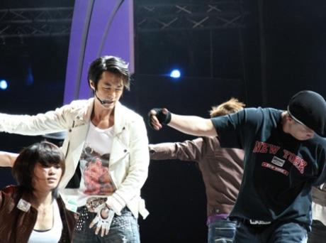 人気男性アイドルグループ・シンファのメンバー、チョンジンの華麗なパフォーマンス©KOZINE
