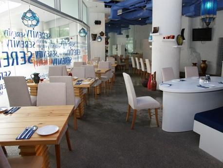 ビボシティー1階のウォーターフロントの「セレニティー・レストラン&ビストロ」の店内。白とブルーを基調にした明るくさわやかな雰囲気