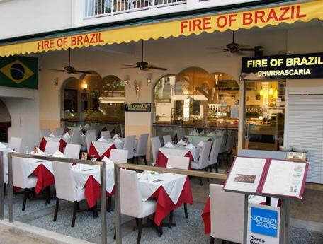 鉄串に刺した肉を客の前で切り分ける南米の料理「シュラスコ」が食べ放題の店がオープン