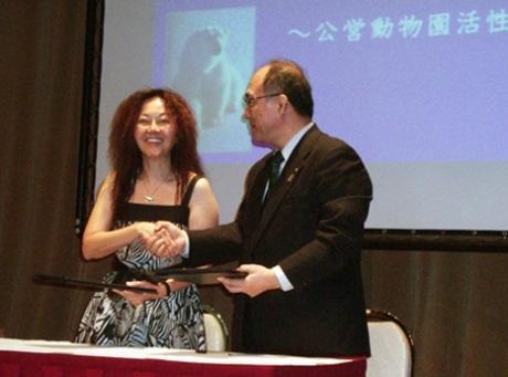 交流協定に相互署名する旭山動物園の小菅正夫園長とシンガポール動物園のファニー・ライ園長