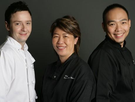 左から料理長のポール・ロングワースさん、メグダレン・タンさん、副料理長のテオ・ウェイ・キィエさん