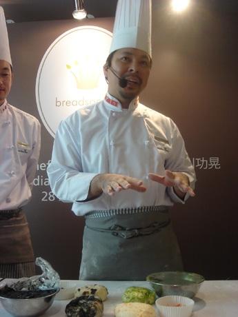 ION Orchardにオープンした『breadsociety』で製パンの講習を行う西川功晃さん