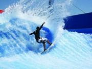 セントーサ島に人工波のサーフィン施設-レストランやバーも併設