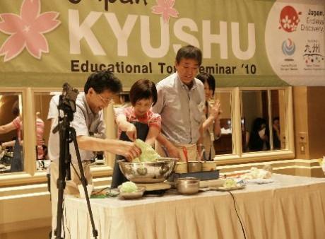 「九州教育旅行セミナー」で食品サンプルの制作実演を体験する参加者(写真左から2人目)