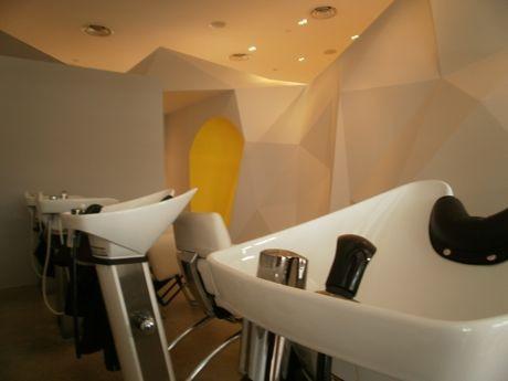 ラッフルズホテル・アーケード内に移転したヘアサロン「KIZUKI+LIM」-雪山と小屋をデザインに取り入れている。