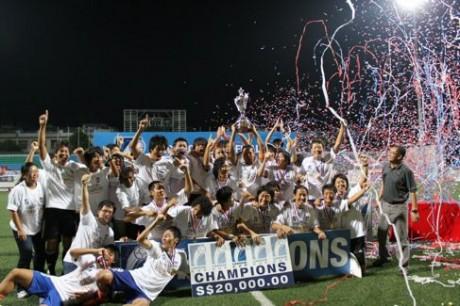リーグカップ優勝を祝うアルビレックスの選手とスタッフ © ALBIREX NIIGATA SINGAPORE