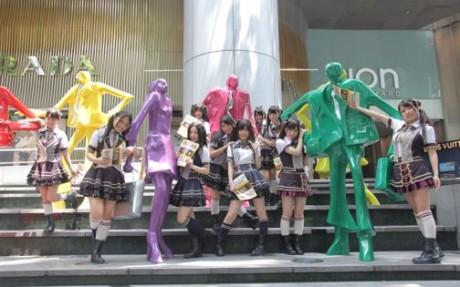 ION前の広場でポーズをとるSKE48のメンバー。