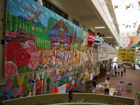 高等学校「早稲田渋谷シンガポール校」で行われた結プロジェクトの展示会の様子。