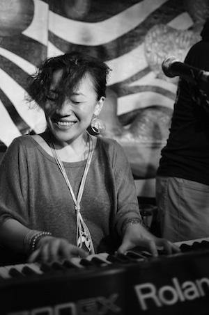 ジャズピアニストの関根綾さん。今やシンガポールのジャズシーンに欠かせない存在