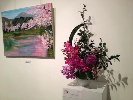 「春」を表現した絵画と生け花の展示