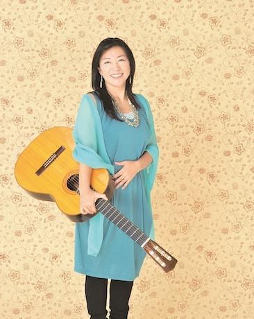 星で公演する小野リサさん