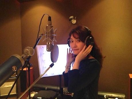 レコーディングに臨むシンガポール在住の日本人女性シンガーのSachiyoさん