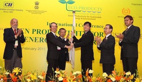 インドで開催された第7回エコプロダクツ国際展  第8回エコプロダクツ国際展主催者代表・グア・エン・ホック・シンガポール廃棄物管理リサイクル協会会長へエコプロダクツ国際展の旗を渡す北山禎介・APO緑の生産性諮問委員会会長(写真左から2番目)と山岸・APOエコプロダクツ国際展準備委員会委員長(写真左から3番目)