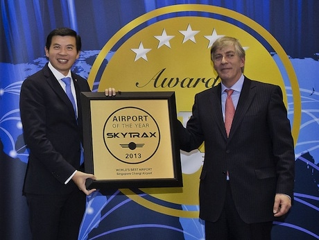 World Airport Awards 2013で「World's Best Airport」賞を授与されるチャンギ空港グループのリー・ショウ・ヒャンCEO &copypoint-of-views.ch