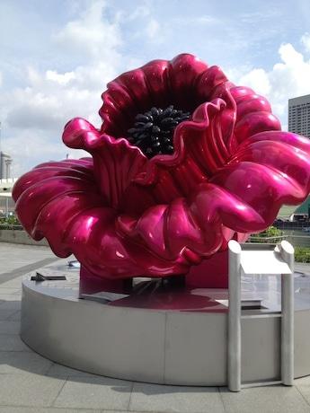 マリーナベイのサイエンスミュージアム前に展示されたアナ・ザレフさんのフラワー像