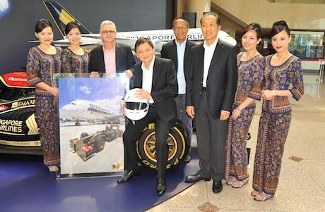 「F1シンガポールGP」のタイトルスポンサーに就任するシンガポール航空のGoh Choon Phong CEOら