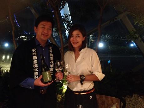 プライベートで参加した女優のコンスタンス・ソンさん(右)は、シンガポールの街場でタパスと日本酒を提供するバーのオーナーでもあるという