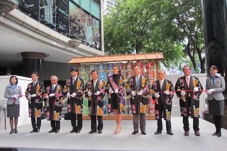 シンガポール伊勢丹スコッツ店前で行われたオープニングセレモニーの様子