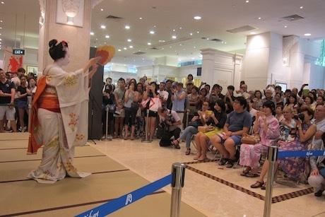 シンガポール高島屋1階で舞を披露する舞妓さん