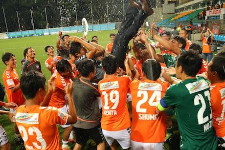 胴上げで優勝を祝うアルビレックス新潟シンガポールの選手たち