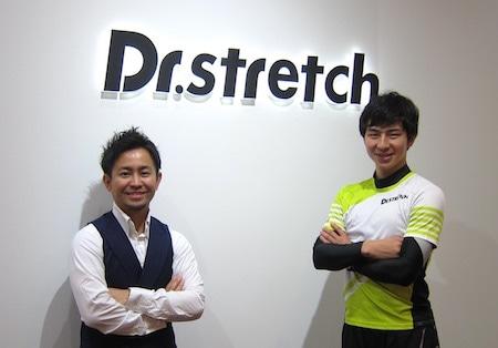 「Dr.ストレッチ」社長の仲宗根亮太さん(左)とサンテック店店長の吉田トムさん(右)