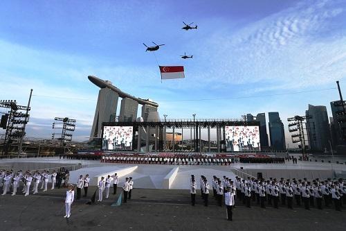 ナショナルフラッグ(国旗)を運ぶヘリコプターの飛行