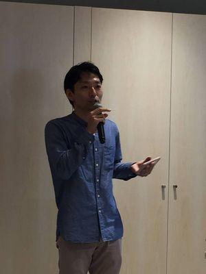 新スタジオオープンについて話すマネ―ジングダイレクタ―の千先拓志さん