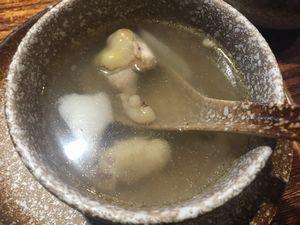チキンの出汁とココナツ風味の透き通ったスープ