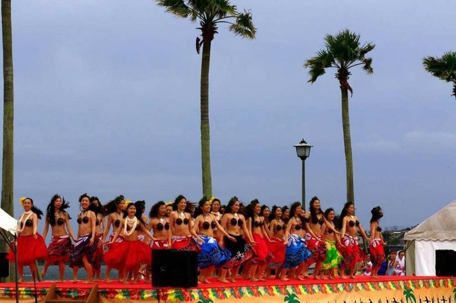 (写真)前回のフェスティバルでフラダンスを披露する団体