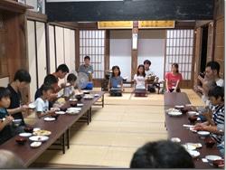 (写真)正座しながら食卓を囲む様子