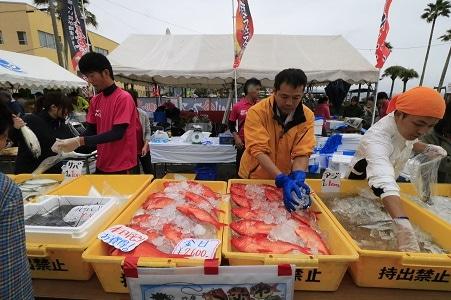 前回のイベントで鮮魚を販売する露店