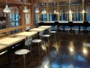 大多喜に廃校を活用したコワーキングスペース 無印良品のオフィス家具導入