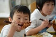 勝浦市内の学校給食でご当地グルメ「勝運カツ」 地産地消の取り組みで