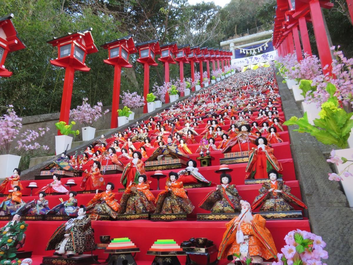 遠見岬神社に飾られるひな人形