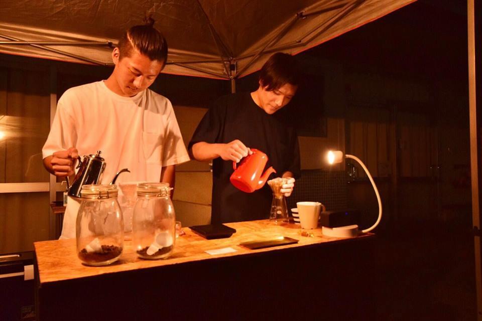 コーヒーをいれる金森さんと伊東さん