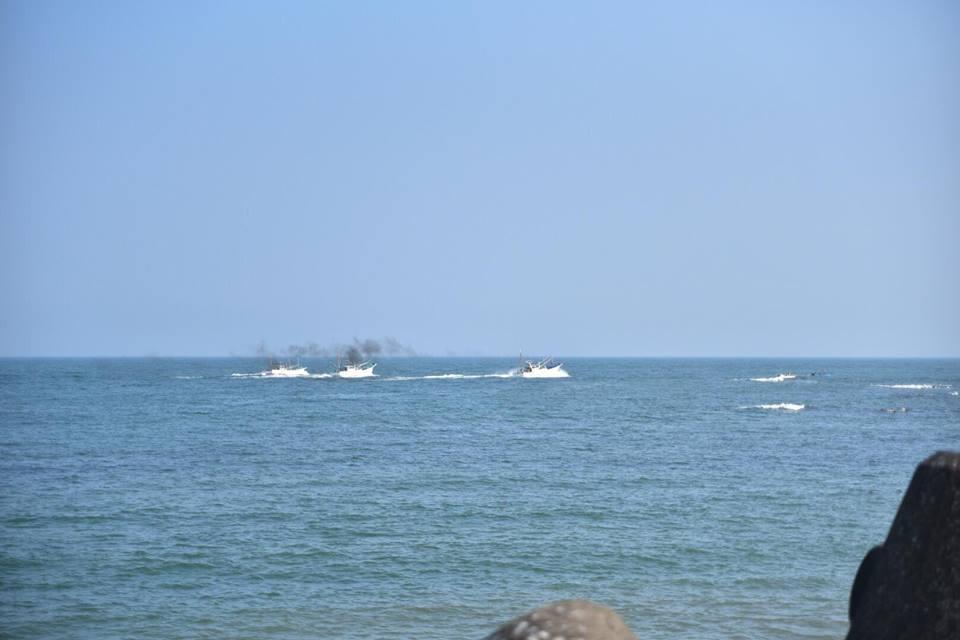 漁に出る船