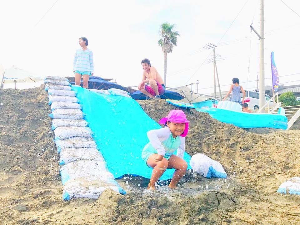 ミニウオータースライダーで遊ぶ子ども